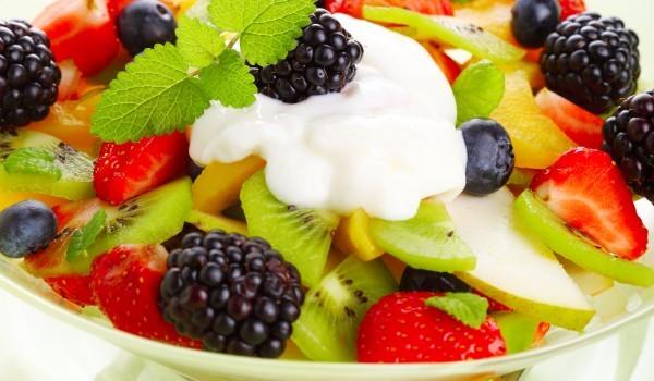 Плодова салата с извара