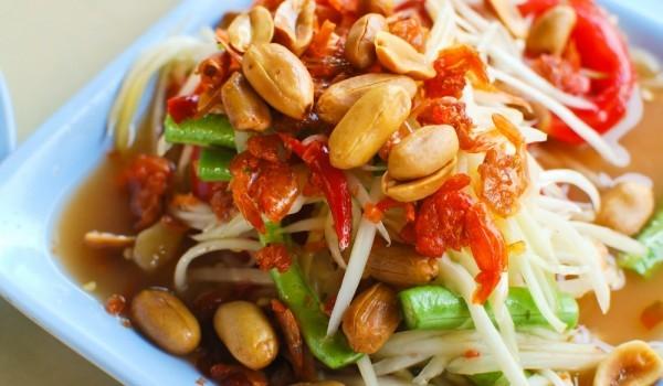 Азиатска салата с фъстъци и люти чушки