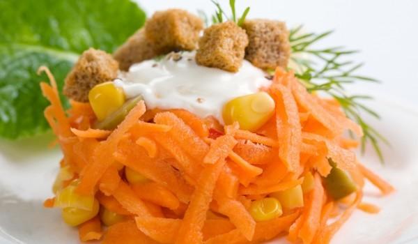 Салата моркови с царевица