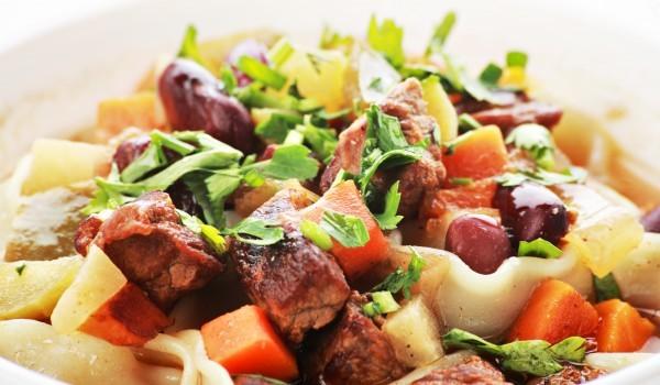 Салата с макарони и свинско месо