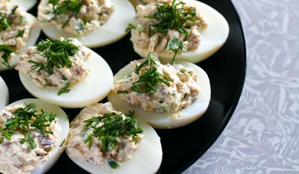 Пълнени яйца с магданозена плънка