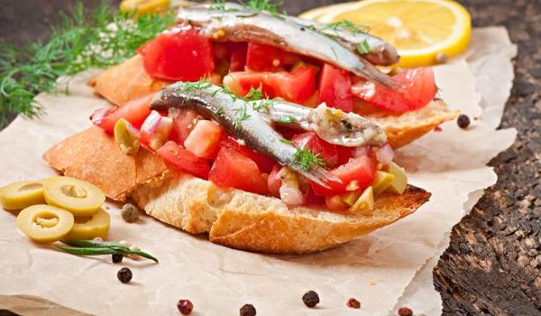 Кростини с домати, червени чушки и аншоа