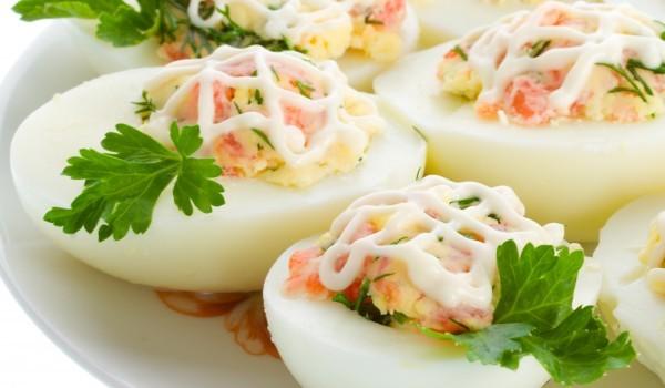 Фаршировани яйца с млечно-чеснов сос