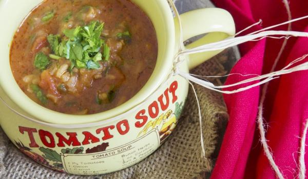 Доматена супа с ориз и ароматни крутони