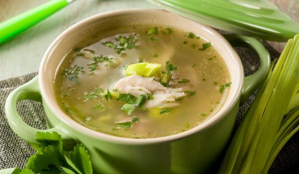 Пилешка супа със сини сливи и праз