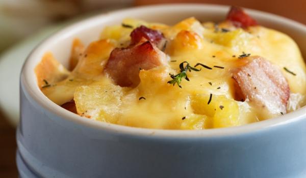 Запеканка с картофи и наденички