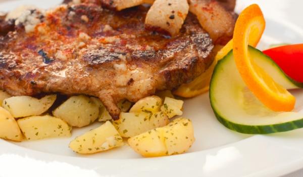 Свински пържоли с бекон и картофи