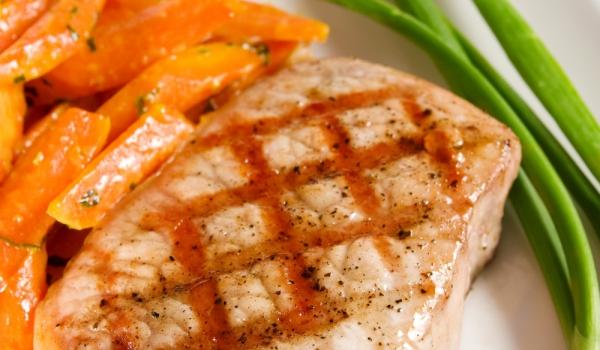 Свински котлети със салата от моркови и маслини