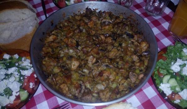 Апетитно свинско с лук и гъби