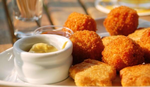 Панирани кашкавалени топчета с картофено пюре