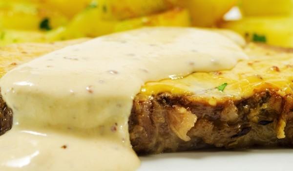Свински пържоли с бял сос