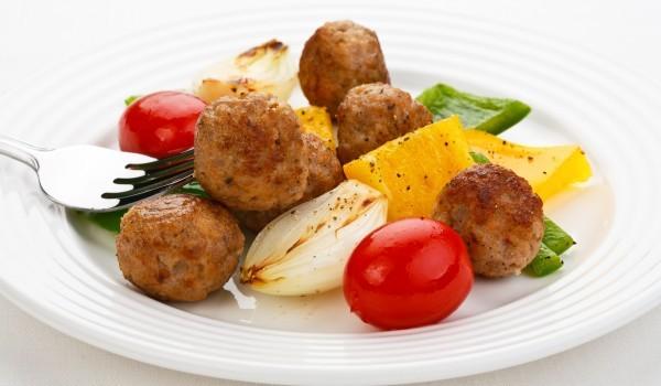 Подлютени кюфтенца със зеленчуци на скара