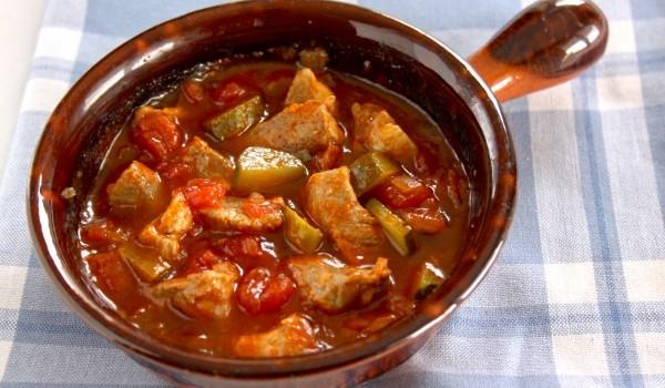 Свинско с доматен сос и зеленчуци