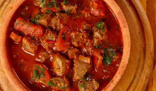 Гулаш с телешко месо, домати и мащерка