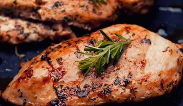 Пиперливо пиле с розмарин