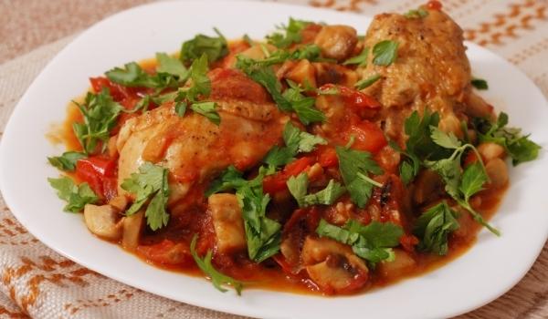 Пиле с гъби и домати