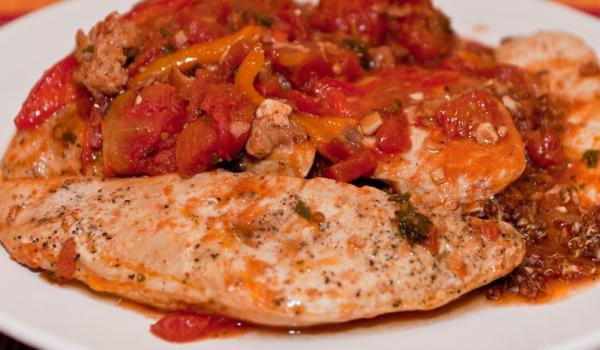 Пиле с червени пиперки