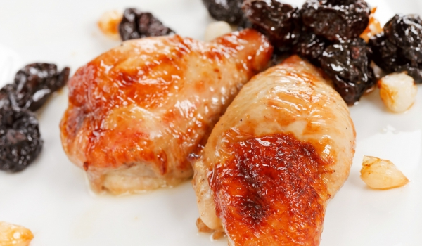 Пиле със сушени сини сливи и сметана