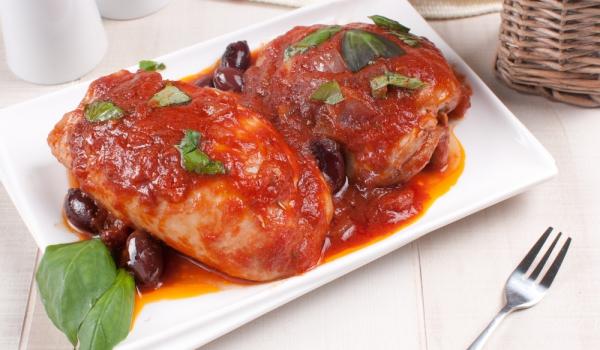 Пилешки гърди с доматен сос и маслини