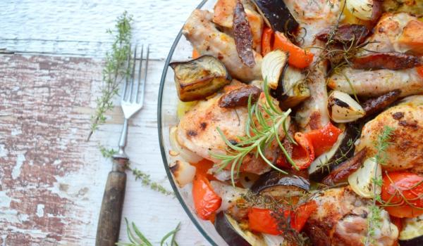 Пилешко с наденица и зеленчуци