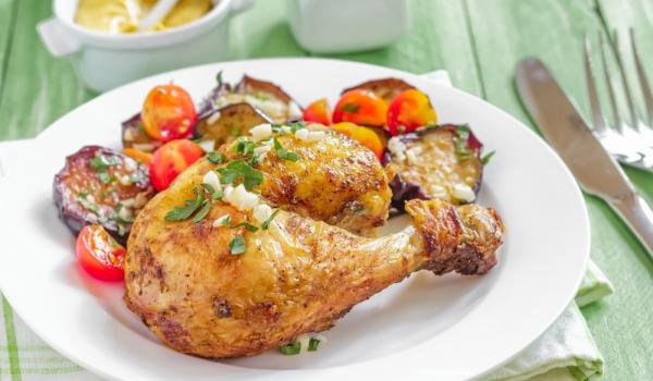 Чесново пиле с летни зеленчуци