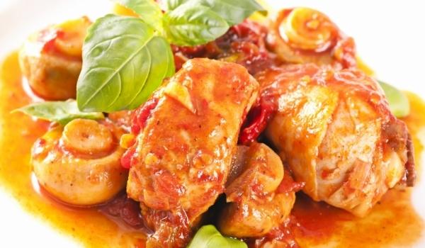 Пиле с червено вино и доматен сос