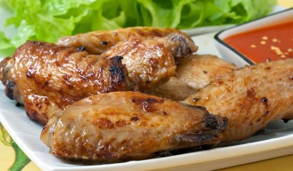Пилешки крилца с пикантен чеснов сос