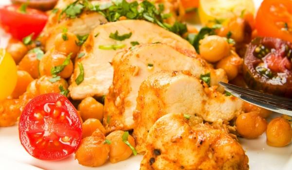 Пилешки гърди с нахут, лимон и чесън