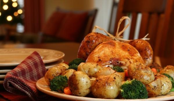 Цяло пиле с броколи и картофи