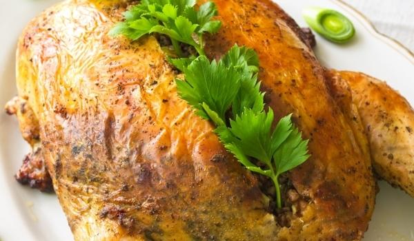 Пълнена кокошка, задушена със зеле