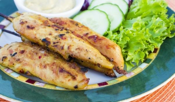 Пилешки флейки с чеснов сос