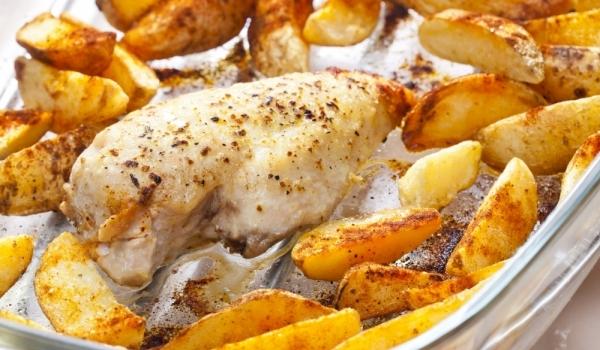 Печено пиле с пикантни картофи