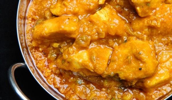 Пилешко къри с картофи и грах
