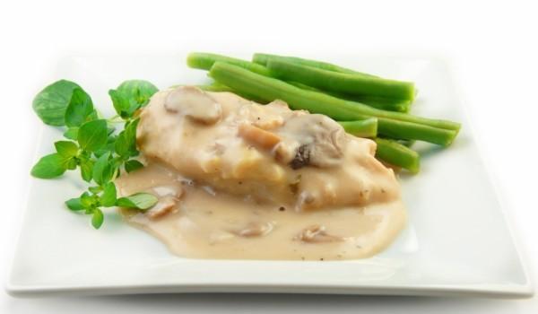 Пилешки пържоли в сметанов сос и гъби