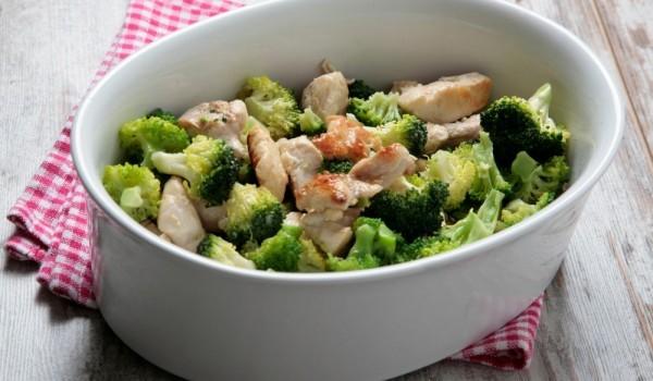 Пиле с броколи и сметана на фурна
