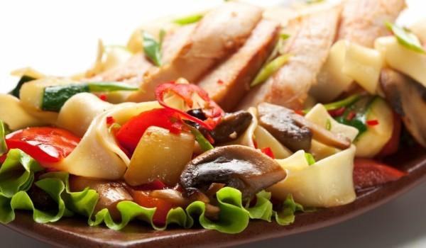 Пилешки гърди със зеленчуци на сач