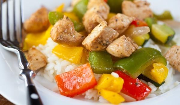 Пилешко с чушки върху ароматен ориз