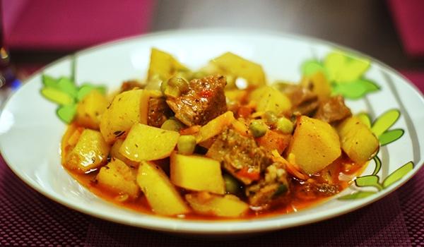 Агнешко с грах и картофи