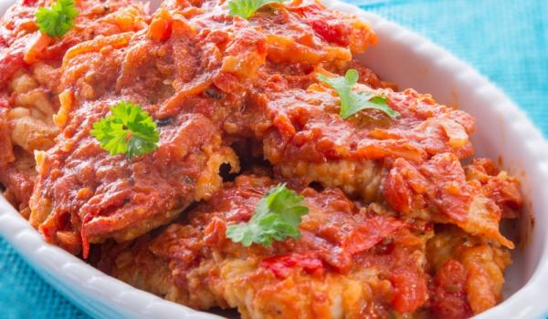 Пържена писия с доматен сос и печени чушки