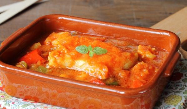 Яхния от риба с консервиран грах и домати