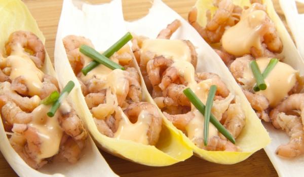 Скариди с майонеза върху листа от цикория