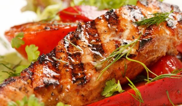 Риба на скара с печени чушки