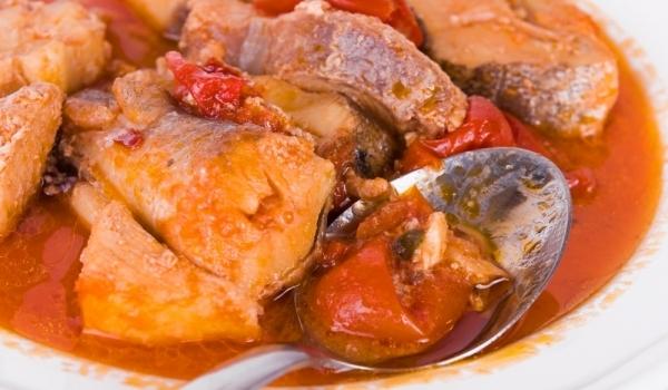 Хек с домати и карамелен сос