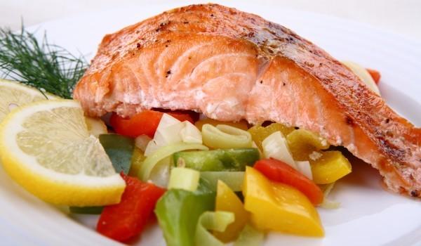 Сьомга със зеленчуци