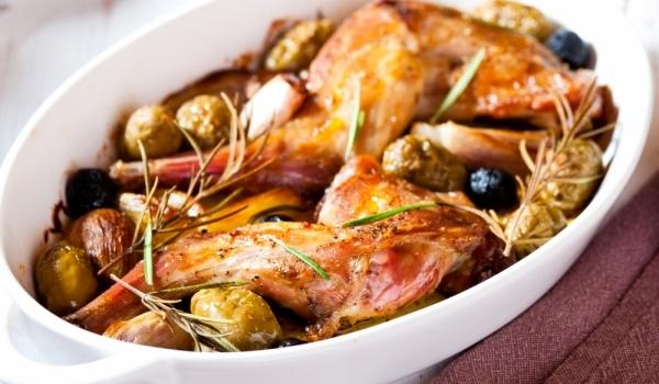 Заек с маслини и подправки
