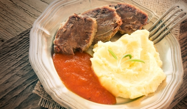 Пържен телешки език с доматен сос