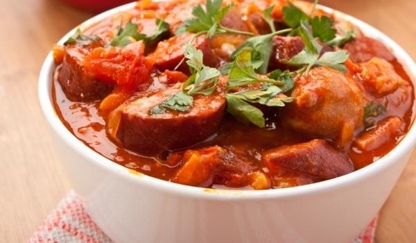 Апетитни наденички в доматен сос
