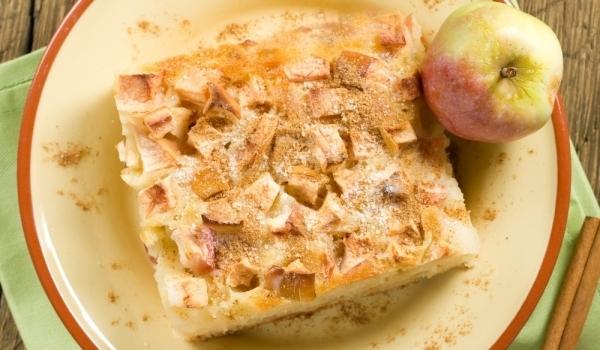 Нежен сладкиш с ябълки, банани и сметана