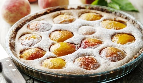 Бадемов сладкиш с компот от праскови