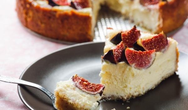 Ванилов чийзкейк със сладко от смокини и орехи